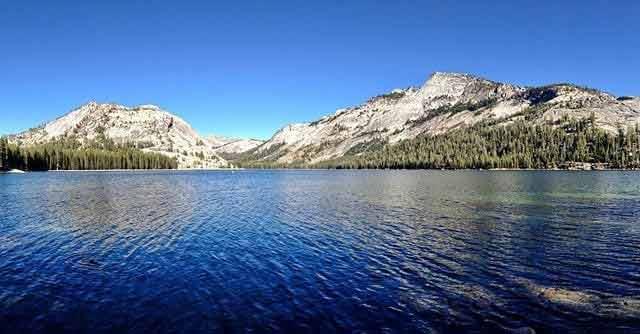 Zwiedzanie Parku Yosemite? Zobacz Jezioro Tenaya